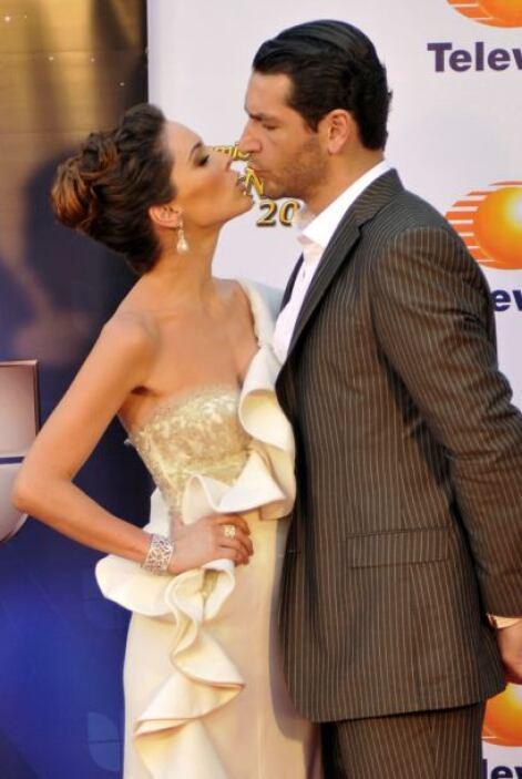 Y aun así,  besando a su amado, Bracamontes sigue levantando más de un s...