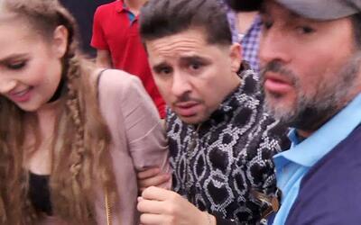 Larry Hernández huye entre lluvia y empujones para no hablar con nosotros
