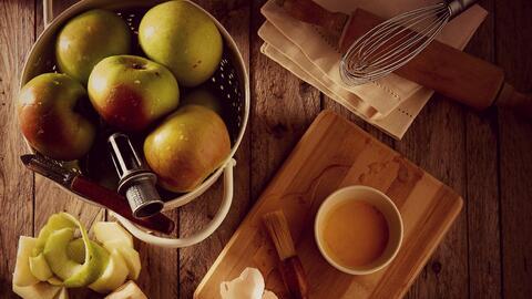 Manzanas verdes como ingrediente principal en la cocina.
