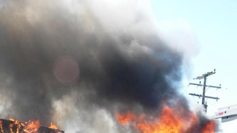 Las llamas consumieron dos locales y varios vehículos