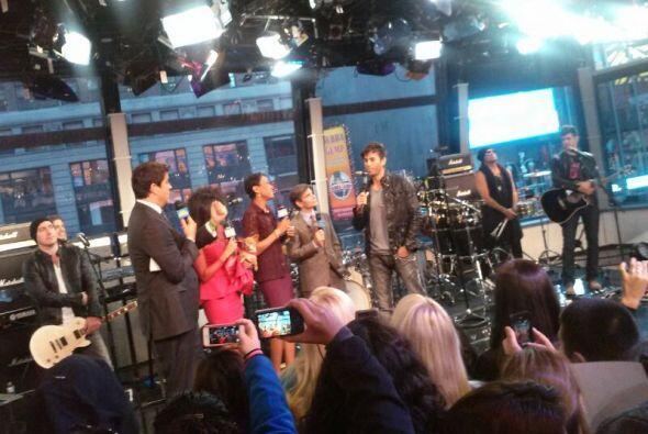 Enrique Iglesias interpretó dos de sus éxitos en los estudios de Good Mo...