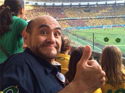 """Edgar Vivar de """"Chespirito"""" disfrutando el partido en el estad..."""