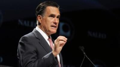 El virtual candidato presidencial republicano Mitt Romney prronuncia un...