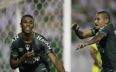 Luiz Otavio (izquierda), del Chapecoense de Brasil, festeja con su compa...