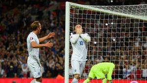 Harry Kane felicita a Wayne Rooney tras marcar su gol 50 con Inglaterra.