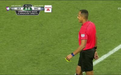 Tarjeta amarilla. El árbitro amonesta a Benny Feilhaber de Sporting Kans...