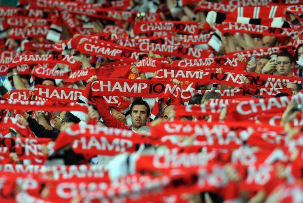 Las gradas del estadio Old Trafford se pintaron de 'Red' con el duelo de...