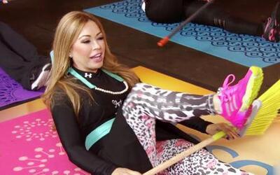 La rutina de Claudia Molina para ejercitarte mientras limpias tu hogar
