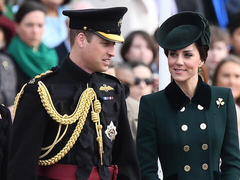 Kate y William con el Primer Batallón de las Guardias Irlandesas...