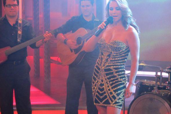 La cantante mexicana estuvo en El Gordo y la Flaca, donde interpretó su...