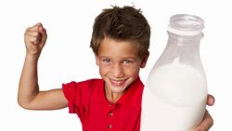La leche puede ayudar a prevenir las caries, según estudios.