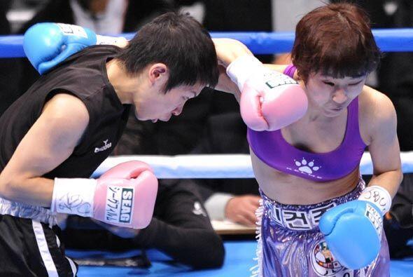 También hubo boxeo femenino en la cartelera con el triunfo de Momo Kosek...