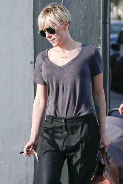 La Johansson se rapó los lados de la cabeza.