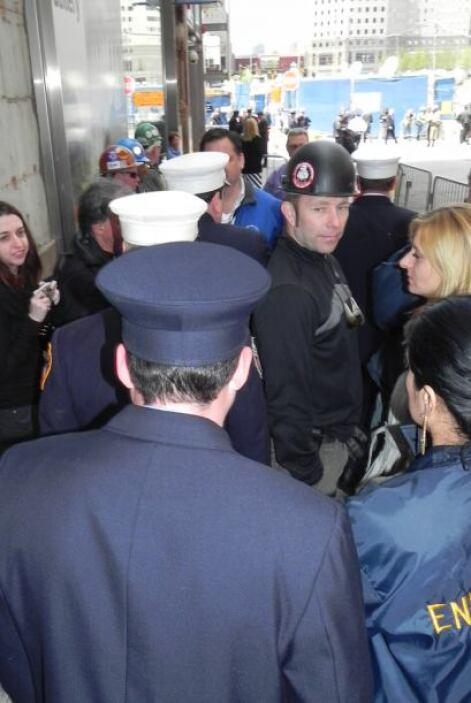 Miembros del Departamento de Bomberos de Nueva York se dieron camino ent...