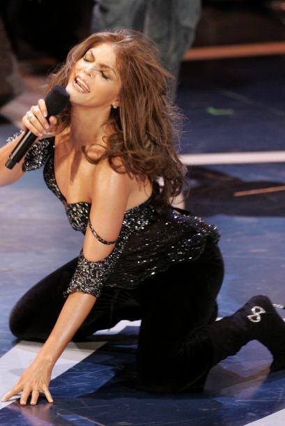 Ana Bárbara cautivó a todos los caballeros con su sensualidad al cantar...