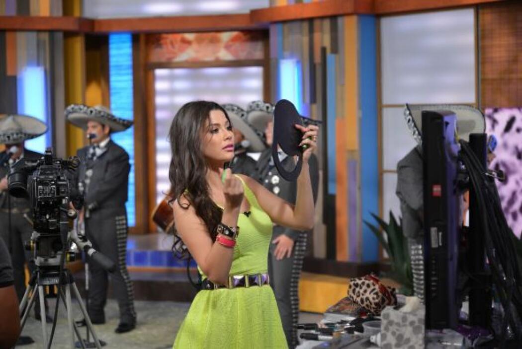 ¡La pillamos! Ana Patricia se pone bella mientras nadie la ve.