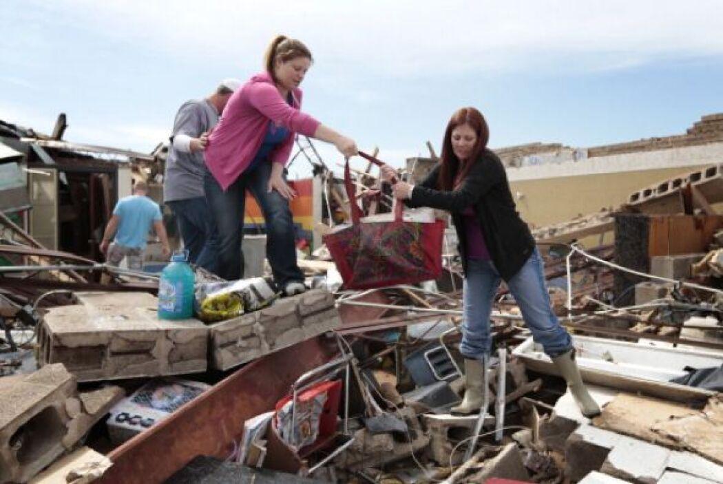 Amber Ford y la maestra Sheri Bittle recuperan artículos del salón en el...