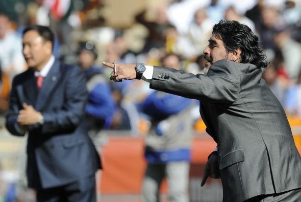 Maradona también le ganó el show del partido a su colega H...