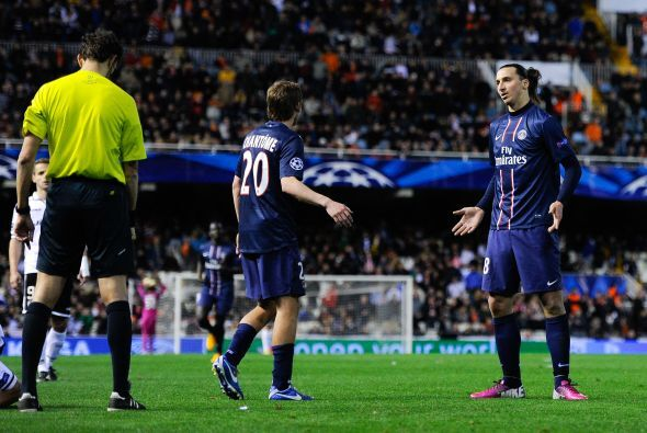 Pese a la incredulidad que mostraba, Ibrahimovic abandonó el campo y se...