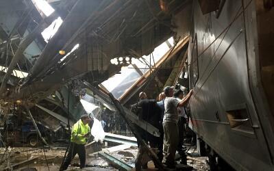 Personal de la estación de Nueva Jersey junto al tren que ha sufr...