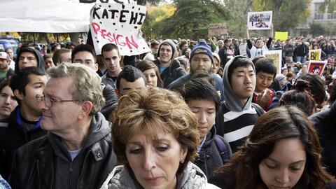 Linda Katehi (c) en una protesta por el ataque con gas pimienta en UC Davis