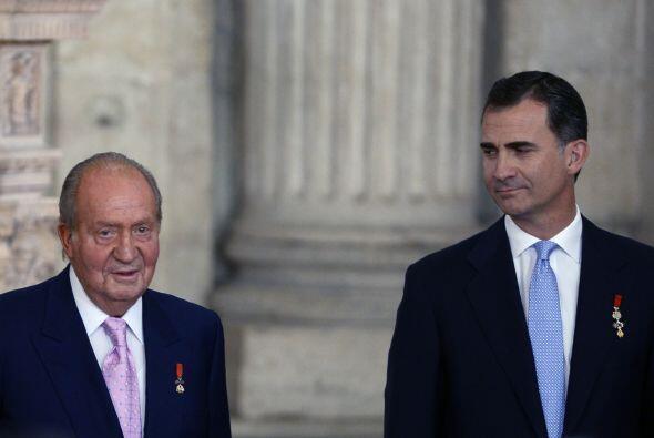 Juan Carlos I firmó públicamente la ley por la que abdica...
