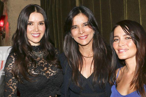 Aquí Marlene Favela, Patricia Velasquez y Adriana Fonseca sonrien...
