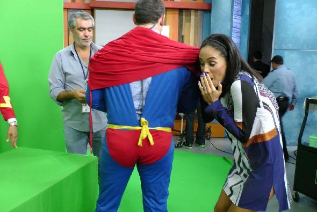 Alan se transfomó en súper héroe y Karla se divirtió detrás de cámaras.