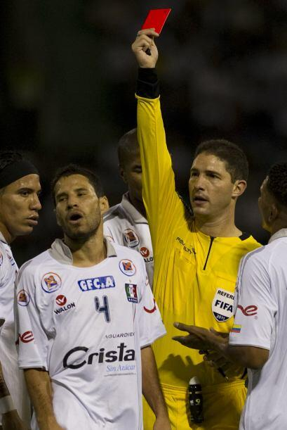 Tarjetita roja, bien roja la que le muestra el árbitro venezolano Juan S...