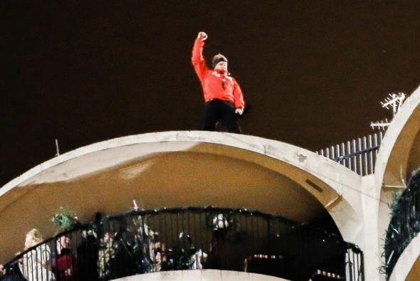 Nik Wallenda levanta el puño a manera de celebración tras caminar con lo...