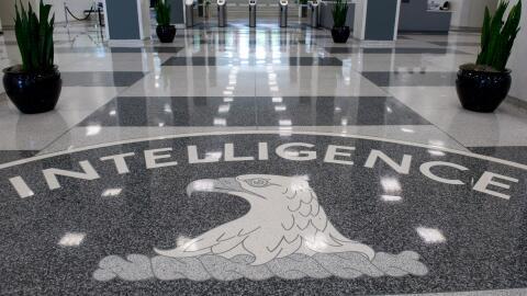El logo de la CIA en el lobby del edificio central en Langley, Virginia.