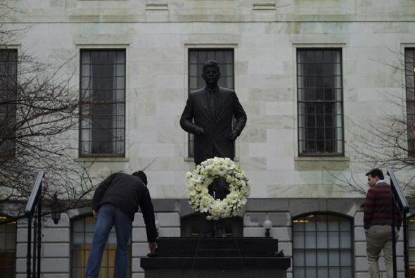 Un visitante observa la estatua del expresidente estadounidense John F....