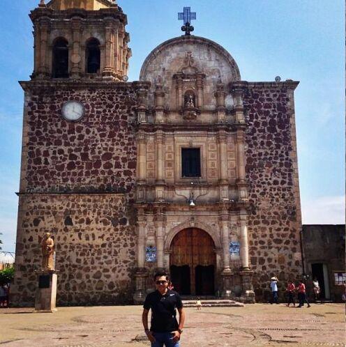 Frente a la Catedral de Tequila, Jalisco.   Escucha El Show de Raúl Brin...