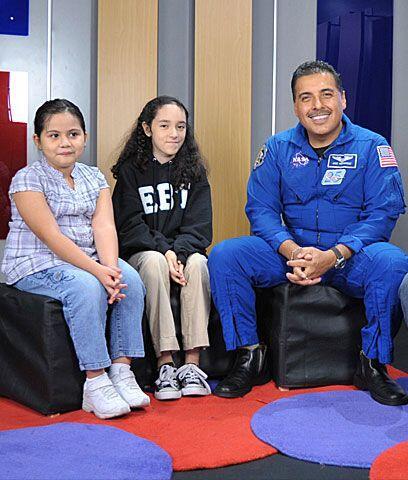 ¡Un astronauta de verdad!Univision.com invitó a un grupo de niñitas a qu...