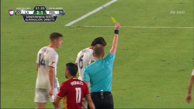 Tarjeta amarilla. El árbitro amonesta a Baggio Husidic de LA Galaxy