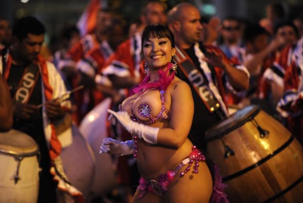 El desfile de Llamadas por la avenida 18 de Julio, se cubrió de bailarin...