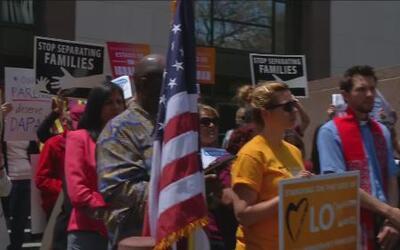 Millones de inmigrantes protestan contra el bloqueo a una medida migratoria