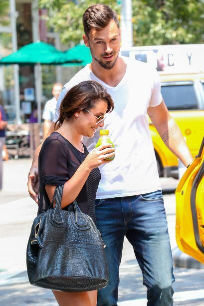 Lea Michele trae una sonrisota de oreja a oreja.
