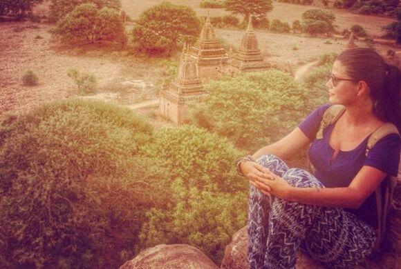 """""""Dios camina a mi lado. Buenas noches desde Bagan, 9:42pm"""", co..."""