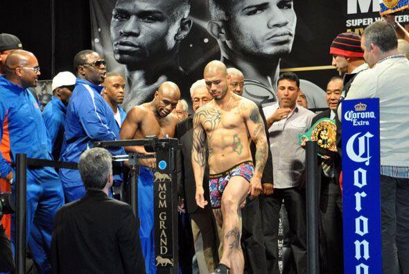 Llegó el turno del puertorriqueño Miguel Cotto quien subió con mucha ser...
