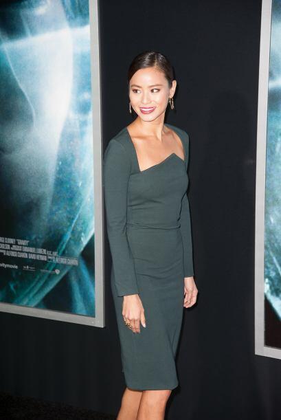 A Jamie Chung la vimos con un conservador vestido verde.