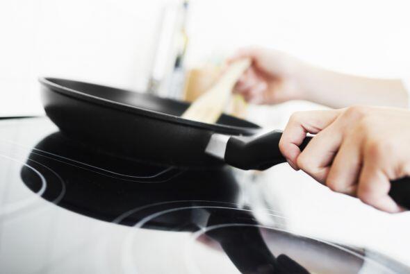 Remueve casi toda la grasa del tocino de la sartén y caliéntala nuevamente.