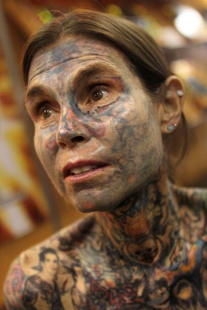 Su rostro parece tener una pigmentación grisasea más all&a...
