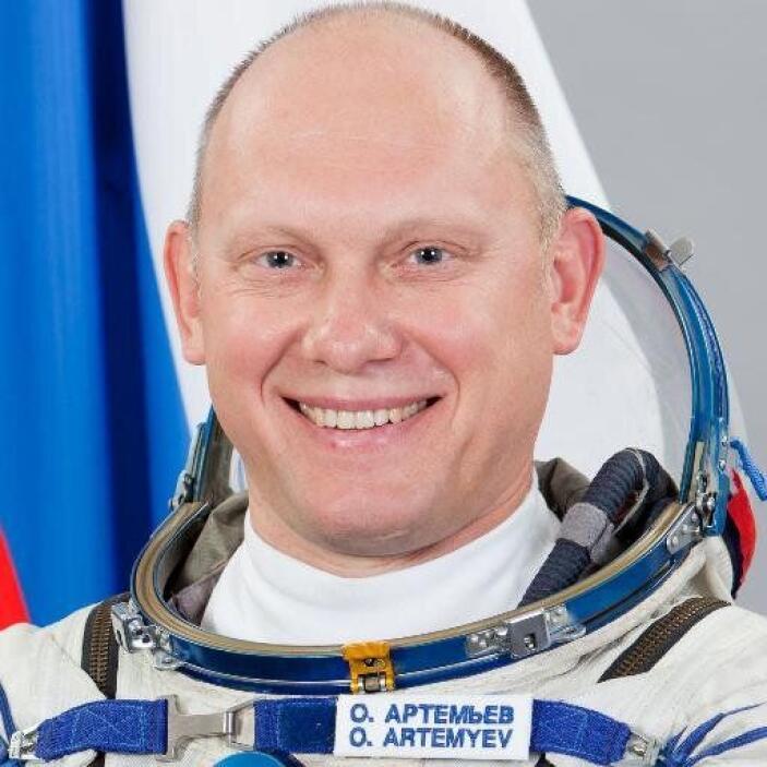 Èl es Oleg Artemyev y su cuenta de Twitter es @OlegMKS. Este ingeniero r...