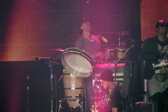 Enrique siguió cantando y tocando al mismo tiempo.