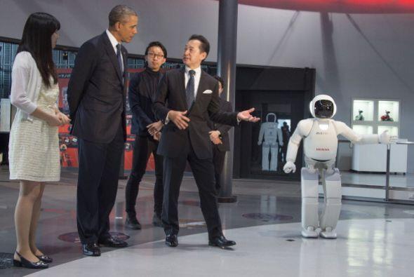 El presidente se emocionó al conocer al robot humanoide ASIMO.