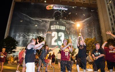 LeBron James logró este domingo su primer título en Cleveland.