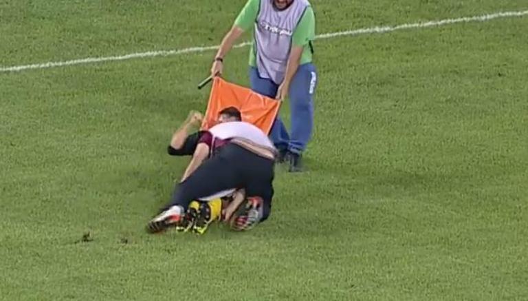 Camillero tiró a un futbolista y lesionó al jugador