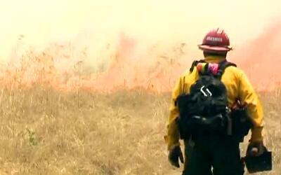 Bomberos tratan de combatir un intenso incendio forestal en San Diego