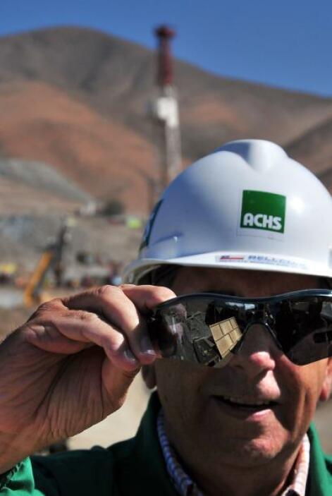 A cada minero, una vez que llegue a la superficie, se le facilitarán las...